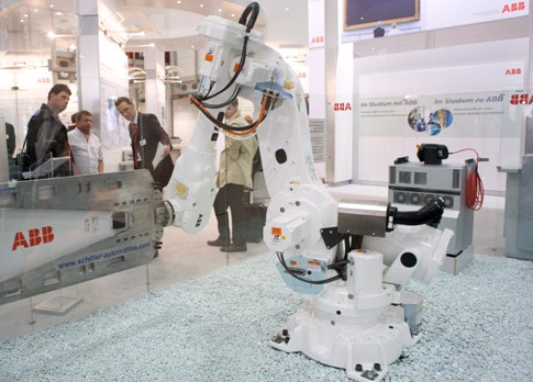 ABB配备精简型工艺手腕的IRB 6640机器人