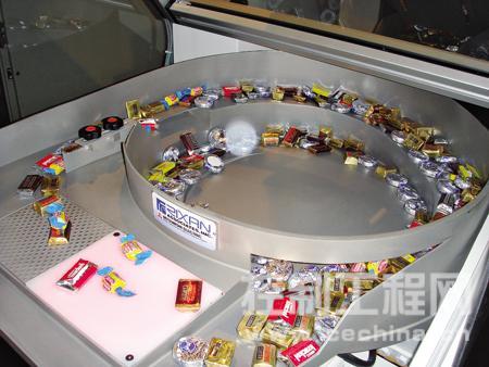 进料器把部件送往图片左下方的观察窗