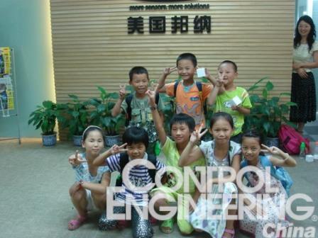 江西官塘邦纳希望小学的学生参观邦纳公司