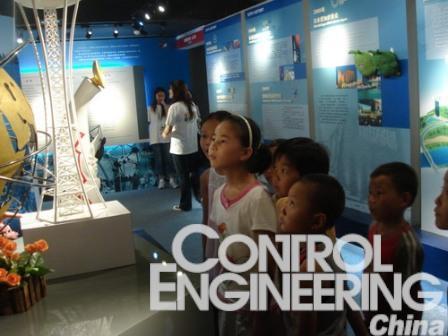 江西官塘邦纳希望小学的学生学生们参观世博馆