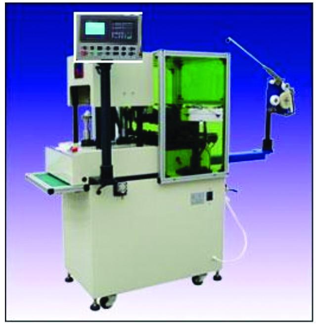 程中,机械负载惯量会因为绕线的速度的不同而发生较大的变化,这就要求伺服系统具有优异的稳定性、相应性和对负载变化自适应能力。 精度要求   机械回零精度:排线轴0.005mm 飞叉轴+/-1分度轴+/-1   定位精度:0.02mm +/-1   要求控制系统和伺服系统能够具有检测反馈,来保证机械运动精度。 CNC控制系统   因定子绕线机不仅讲究绕的匝数要准确,而且排线出来的密度要均匀,即最少需要两轴之间做插补运算,实现联动;画面可以自由规划;要给客户方便传输加工程序,并且可以对NC程序编辑和存储;控